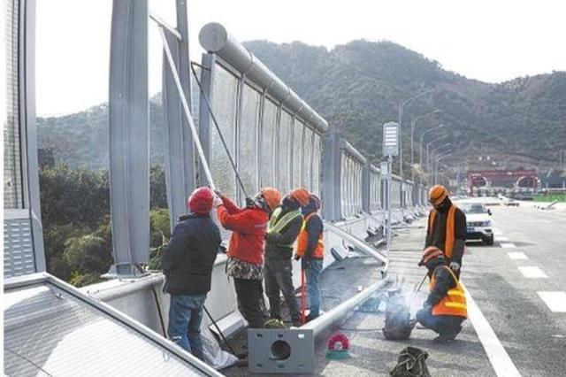 工人顶寒风进行公路电力收尾工作 以保证如期完工