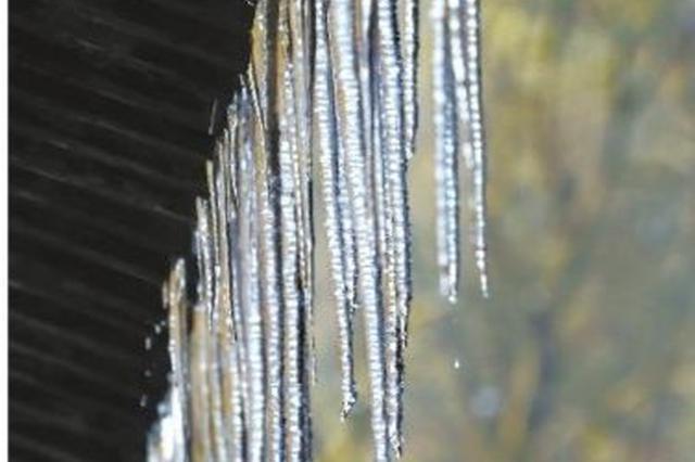 寒潮中屋檐下的冰凌晶莹剔透 看着仿佛回到了童年