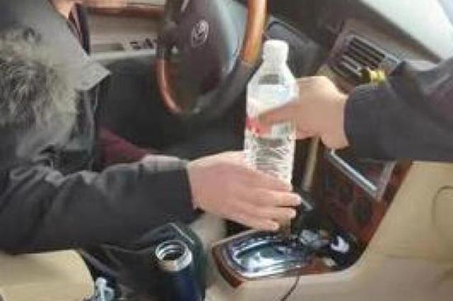 浙1男子在车里呆2天不回家酗酒度日 辅警帮忙解决问题
