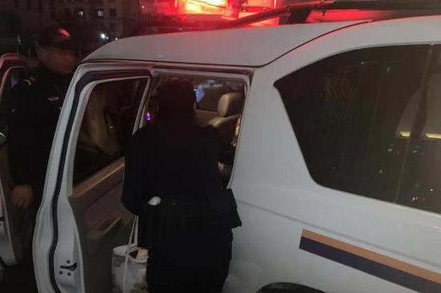 杭州1孕妇家中即将分娩 女警6分钟用警车安全送至医院