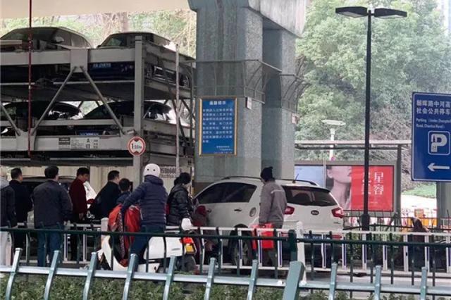 杭州上塘高架桥下发生两起蹊跷车祸 已致一人死亡