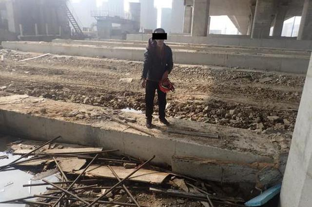 浙江民警化身佩奇上演泥坑大战 狂追500米累瘫小偷