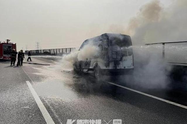 浙男子开房车带妈妈回家过年 高速途中房车自燃变空壳