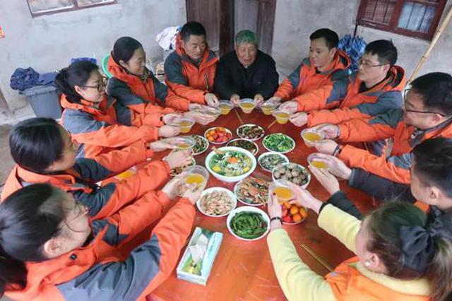 塔山志愿者陪孤寡老人吃年夜饭 活动已连续9年除夕