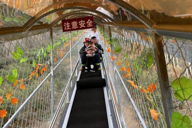 宁波网红玻璃栈道突发故障 多名游客被困4人受伤