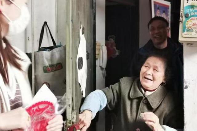 春节期间杭州一区党员365服务岗为老人服务不打烊