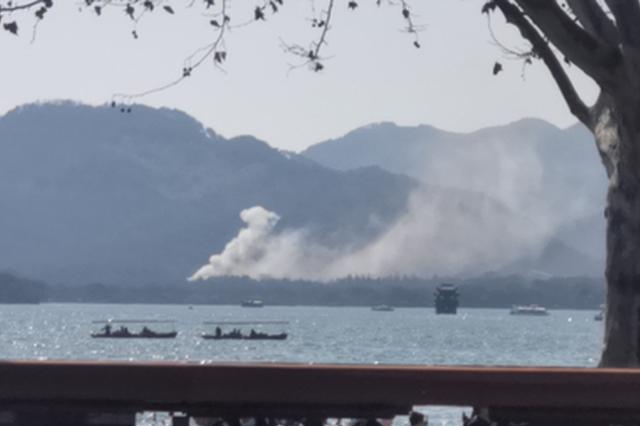 杭州西湖边一饭店起火冒出滚滚浓烟 未造成人员伤亡