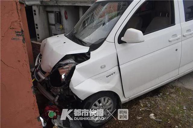 台州1老板驾车撞民房赔了近5万 撞车前一秒还在发微信