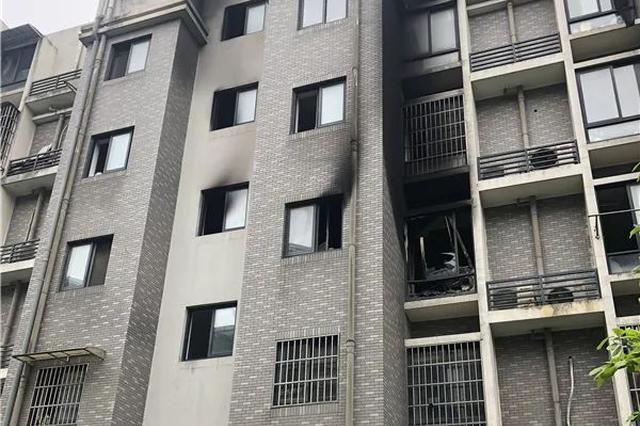 杭州一爸爸趴在4楼窗口大声呼救:我家还有两个小孩