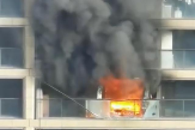 杭州一高层住宅发生火灾 出动9辆消防车参与救援