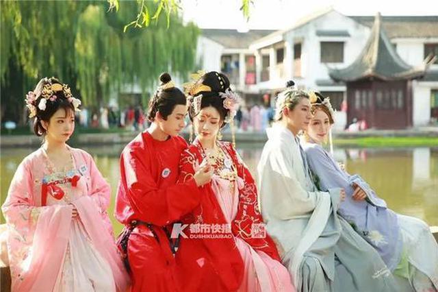 一套动辄千元起步 标价不菲的汉服写真在杭州走俏