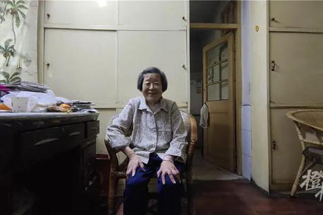 浙江90岁的肖奶奶做了一辈子助产士 现独自照顾病女