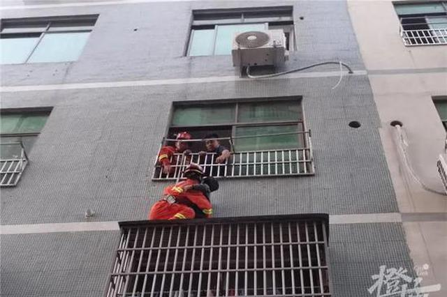 妈妈外出爸爸在睡觉 金华一7岁男童从3楼窗台掉落