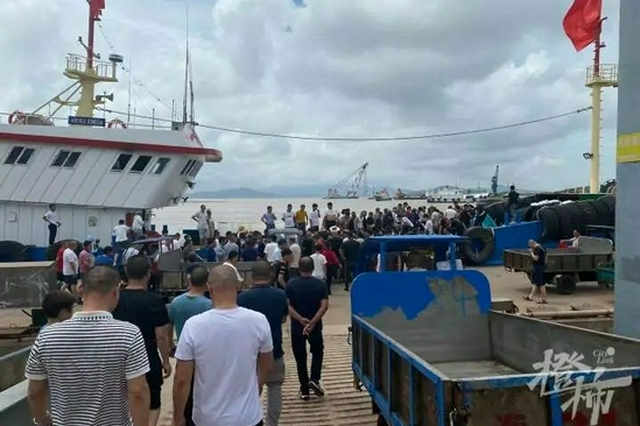 东海开渔后第一批梭子蟹到港 舟山码头上挤满购买者