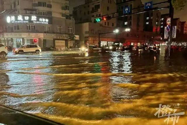 嵊州暴雨导致城区多地积水 乡村泥石流灾害冲垮房屋