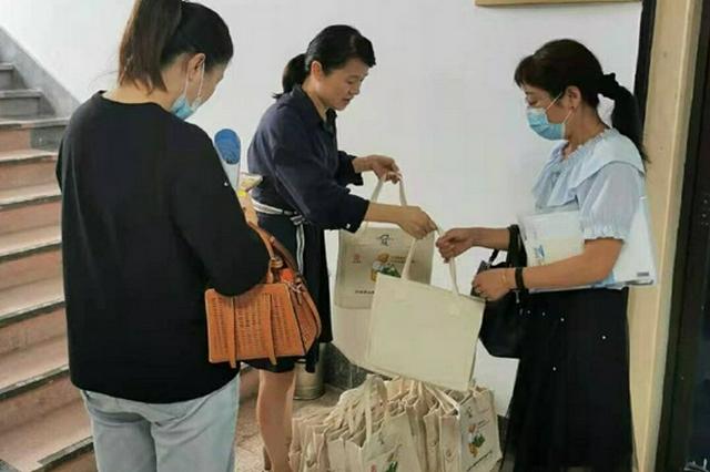 宁波海曙272名儿童主任收到儿童专用服务工具帆布包