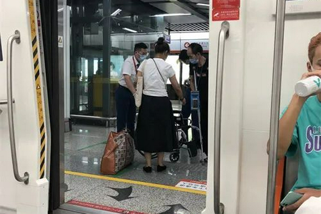 为出行不便乘客提供帮助 杭州地铁接送服务很贴心