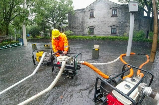 海曙月湖西侧偃月街积水开始强排 力求尽早降低水位