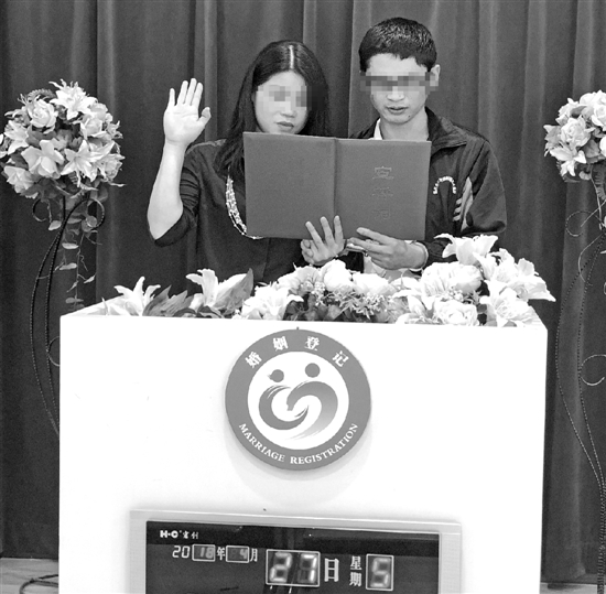 阿华与女友进行结婚宣誓。
