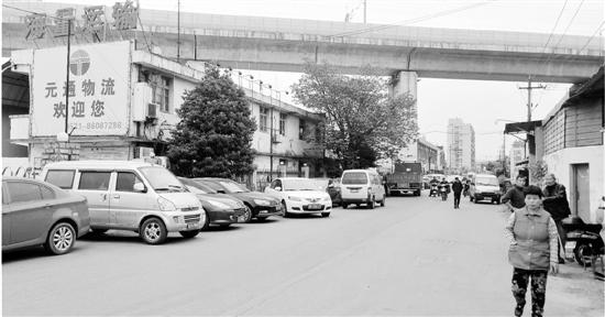 村道成了停车场。