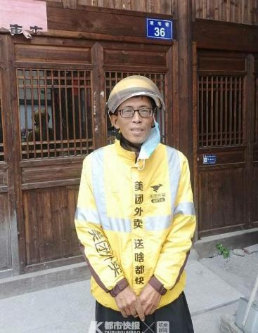 浙江一男子雨中醉卧路中央 路过外卖小哥为他建保护圈
