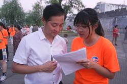 实践团成员在大洋镇太极广场开展红色调研活动