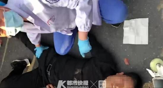 杭州1男子本想单手撑杆跨栏 不料护栏被推开摔倒在地