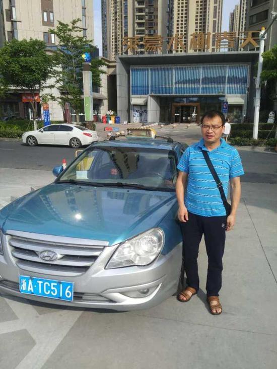 (图:浙ATC516号出租车司机郭辉兵)