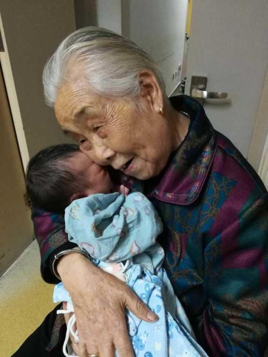 (▲图:去年,叶奶奶的小玄孙出生了)
