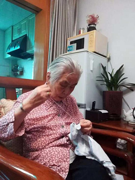 (▲图:去年年底小玄孙出生,叶奶奶还亲手给缝制了一件贴身的婴儿对襟)