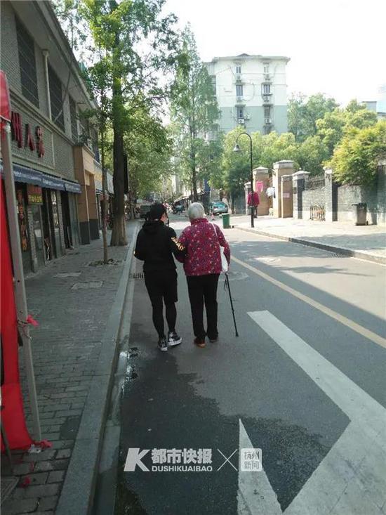 長明寺巷社區地處杭州城站火車站附近,屬于上城區小營街道。整個社區7000多人,超過1/5是老年人。社區供圖
