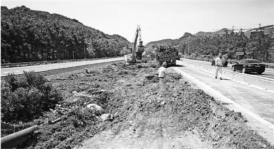 目前,从湖州往杭州方向共有三处拓宽改建施工现场同时开工。