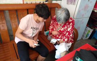 记多年勤耕不辍·春蕾计划践行者杨素英奶奶