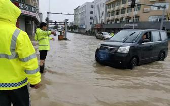 风雨同舟交警坚守岗位 玉环境内主要道路已恢复通行