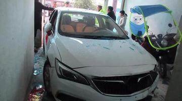 台州新手司机撞碎玻璃门冲进自家房子