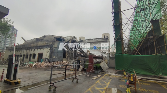 浙江省全民健身中心灰尘又飘起 官方采用新办法抑制