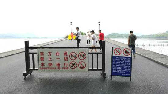 ▲白堤出口,断桥。今晨,步行游客不用再避让自行车等,感觉更舒心啦。