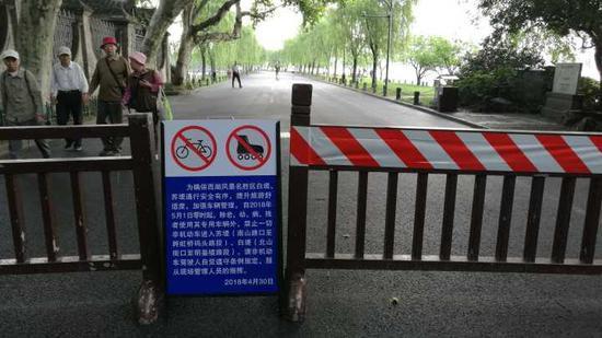 ▲白堤出口,平湖秋月附近。今晨,步行游客不用再避让自行车等,感觉更舒心。