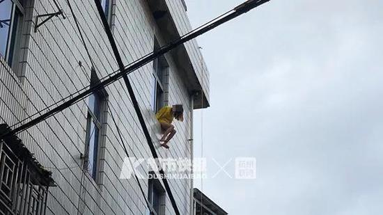 到了现场,女子正坐在窗台边缘,外沿没有任何防护,她随时都有坠楼危险。