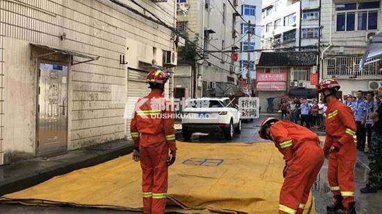 3人组成安全防护小组,在该女子可能发生坠楼的区域铺设救生气垫;