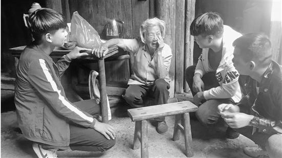 三个小伙伴看望王水莲老人。