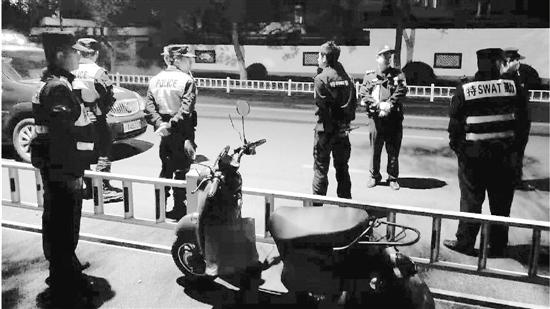 赶来的交警对男子进行了酒精测试,白色轿车暂时被扣留。