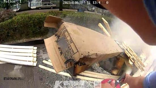 台州一皮卡车闹市区起火 路过交警同志及时扑灭火苗