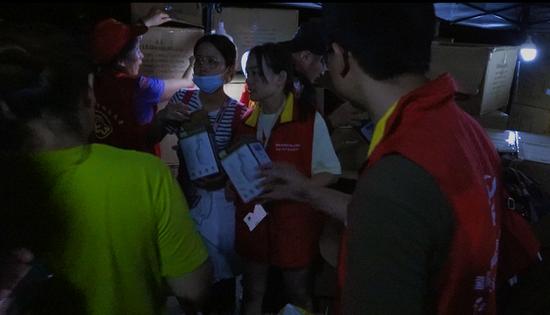 国网临海市供电公司放送锂电池 保障受灾群众的应急照明