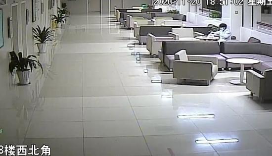 浙19岁小伙偷穿白大褂在医院四处转悠 只是为了偷外卖