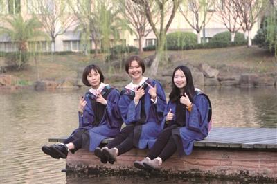浙江财经大学三位女生(左至右:王婉茹、杨玉舒、杨文婷) 学校供图