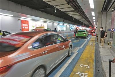 杭州东站出租车通道升级 48辆出租车同时上客