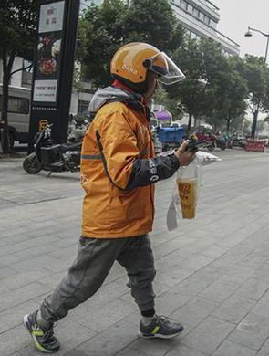 杭州单腿外卖小哥手术后复工