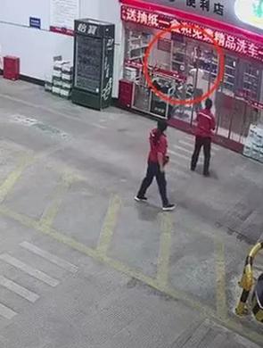 浙男子携锤冲进加油站 12秒被壮汉制伏