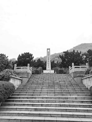 缅怀先烈 杭州小女孩对着纪念碑鞠躬